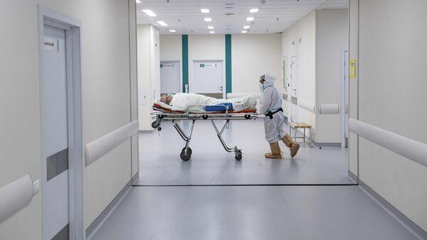 Врач перевозит пациента в городской клинической больнице №40 в Москве