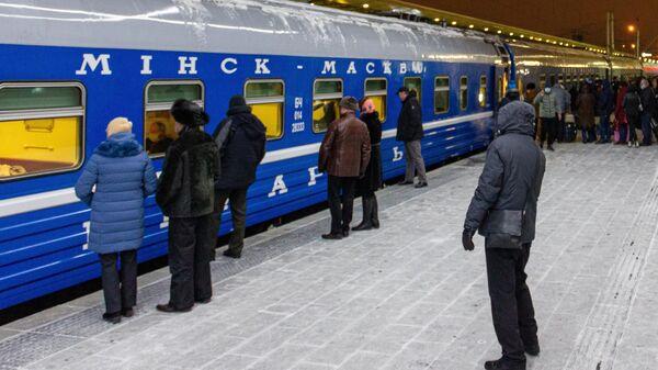 Поезд Минск-Москва на железнодорожном вокзале в Минске