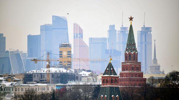 Вид на башни московского Кремля и небоскребы делового центра Москва-сити