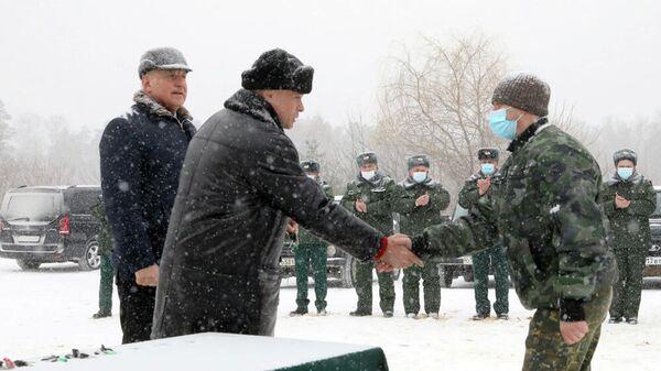 Игорь Артамонов вручает сотрудникам лесопожарной службы ключи от новой техники