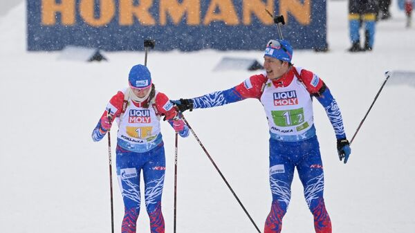 Слева направо: Светлана Миронова и Эдуард Латыпов (Россия) на дистанции смешанной эстафеты на чемпионате мира по биатлону в словенской Поклюке.
