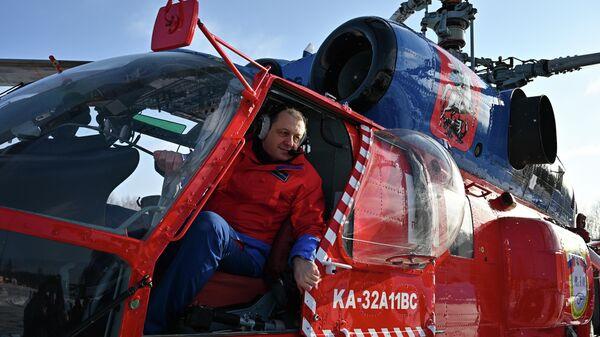 Сотрудник Московского авиационного центра во время показательной тренировки уникальной службы воздушных спасателей с участием нового пожарного вертолета Ка-32А11ВС, приспособленного для полетов в сложных метеоусловиях