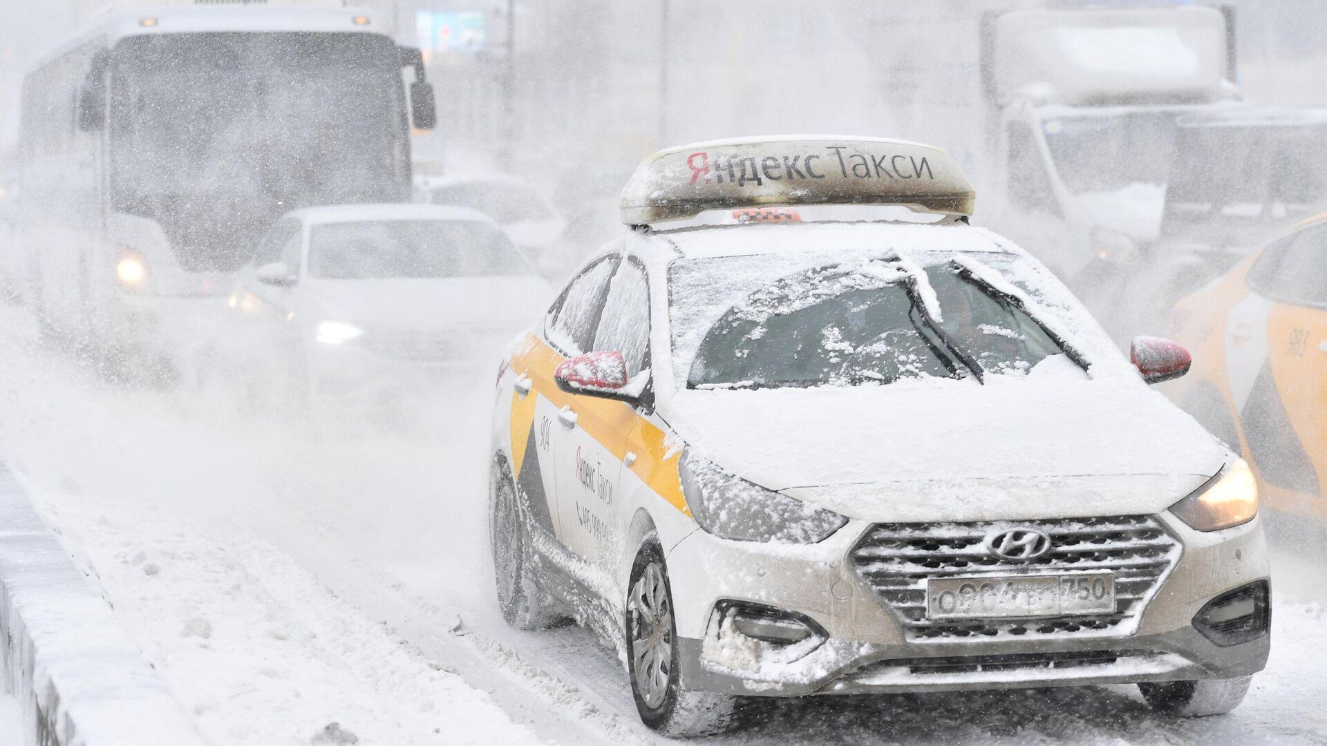 Автомобильное движение по Крымскому мосту во время снегопада в Москве - РИА Новости, 1920, 15.02.2021