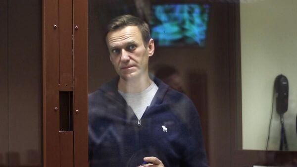 Алексей Навальный в зале Бабушкинского районного суда, где идет заседание по делу о клевете в отношении ветерана Великой Отечественной войны Игната Артеменко. Стоп-кадр видео