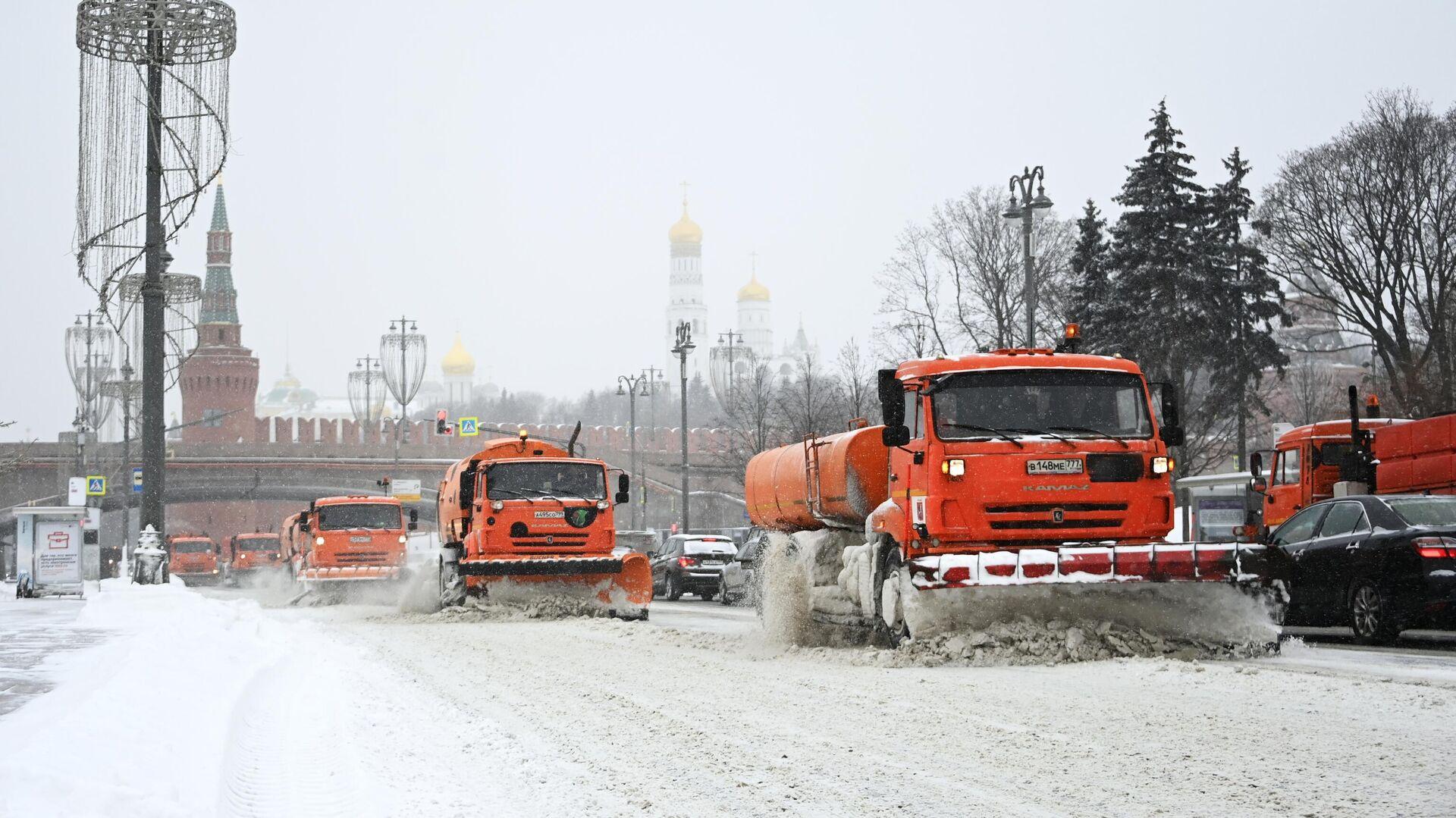 Снегоуборочные машины чистят автомобильную дорогу на Москворецкой набережной в Москве - РИА Новости, 1920, 12.02.2021