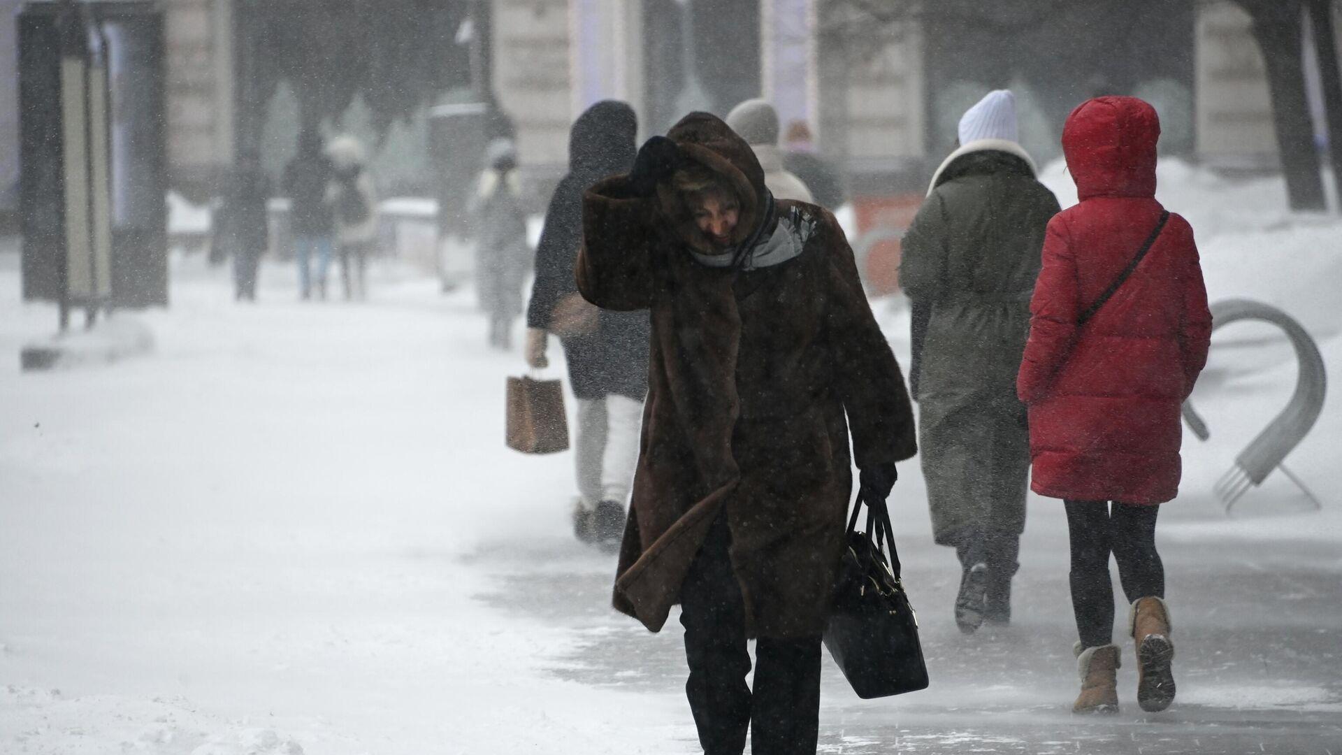 Прохожие во время снегопада в центре Москвы - РИА Новости, 1920, 26.02.2021
