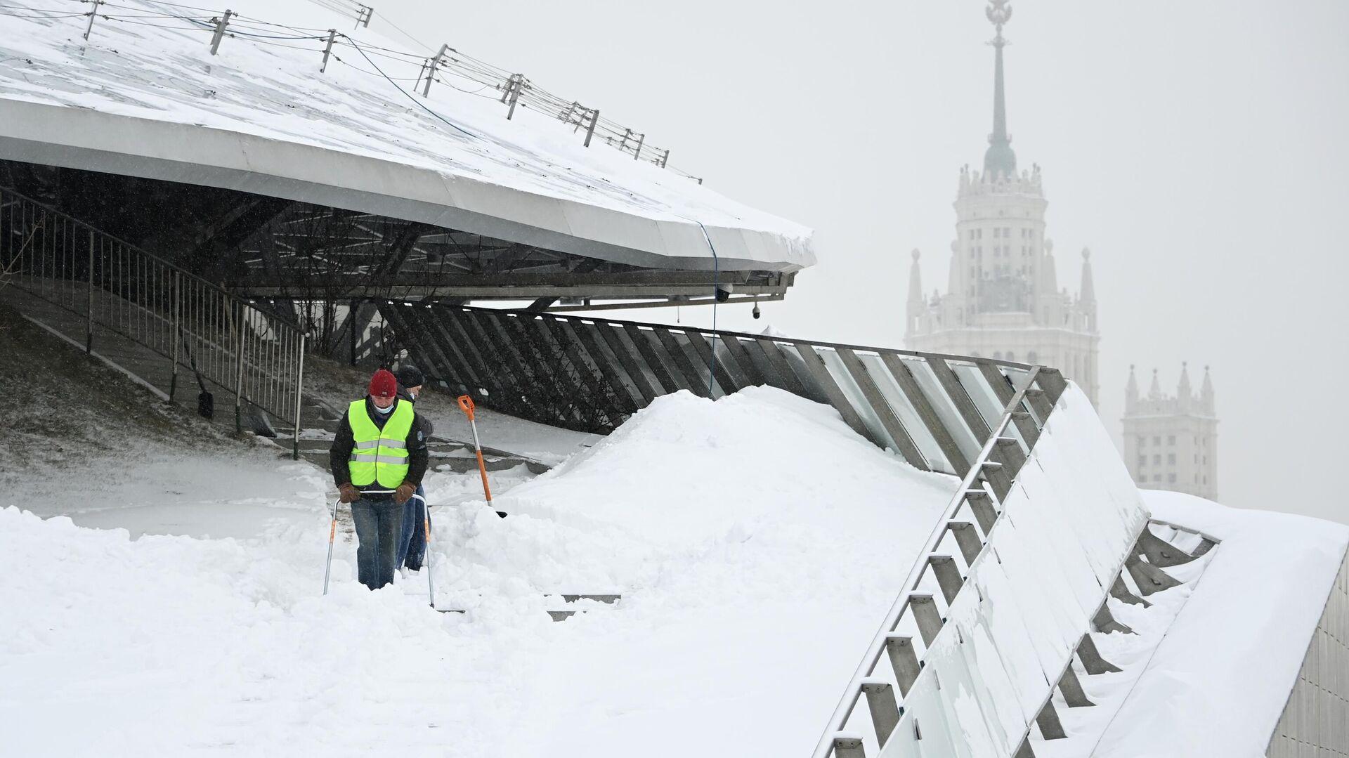Сотрудники коммунальных служб убирают снег в природно-ландшафтном парке Зарядье в Москве - РИА Новости, 1920, 14.02.2021