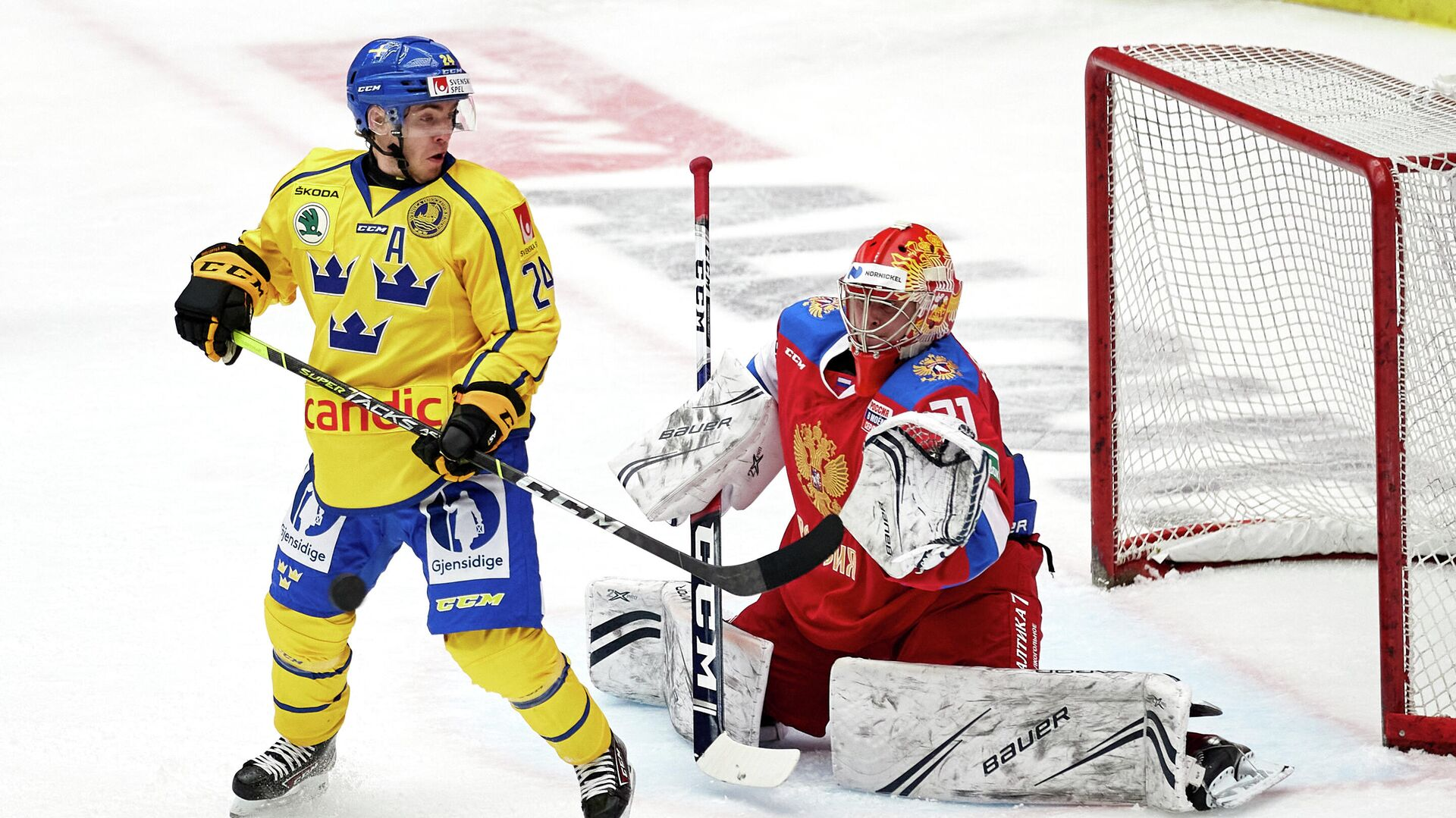 Sweden's Andreas Wingerli (L) and Russia's goalkeeper Alexander Samonov vie during the Beijer Hockey Games (Euro Hockey Tour) ice hockey match between Sweden and Russia in Malmo on February 13, 2021. (Photo by Anders Bjuro / TT NEWS AGENCY / AFP) / Sweden OUT - РИА Новости, 1920, 13.02.2021