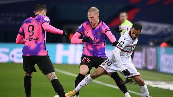 Nice's French forward Alexis Claude-Maurice (R) vies with Paris Saint-Germain's Dutch defender Mitchel Bakker (C) during the French L1 football match between Paris Saint-Germain (PSG) and Nice (OGCN) at the Parc des Princes stadium in Paris, on February 13, 2021. (Photo by FRANCK FIFE / AFP)