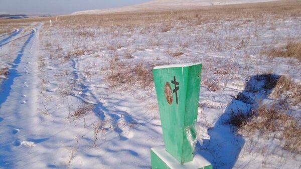 Фермер в Ширинском районе Хакасии огородил свое поле надгробиями с ближайшего кладбища