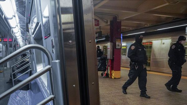 Полицейский патруль на линии А нью-йоркского метрополитена после серии нападений со смертельным исходом