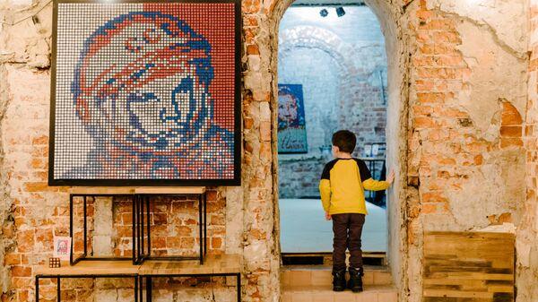 Изображение космонавта Юрия Гагарина, выполненное из кубиков Рубика школьником Андреем Масловым, на выставке в пространстве NIMLOFT в Иванове