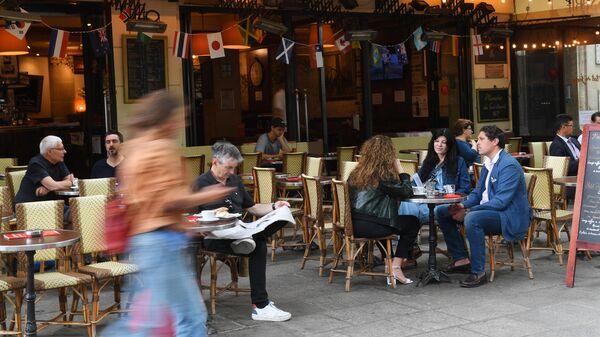Кафе на площади Сен-Мишель (Saint-Michel) в Париже