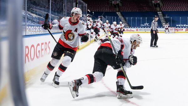 Хоккеист Оттавы Сенаторз Евгений Дадонов (№63) с партнерами по команде в матче НХЛ.