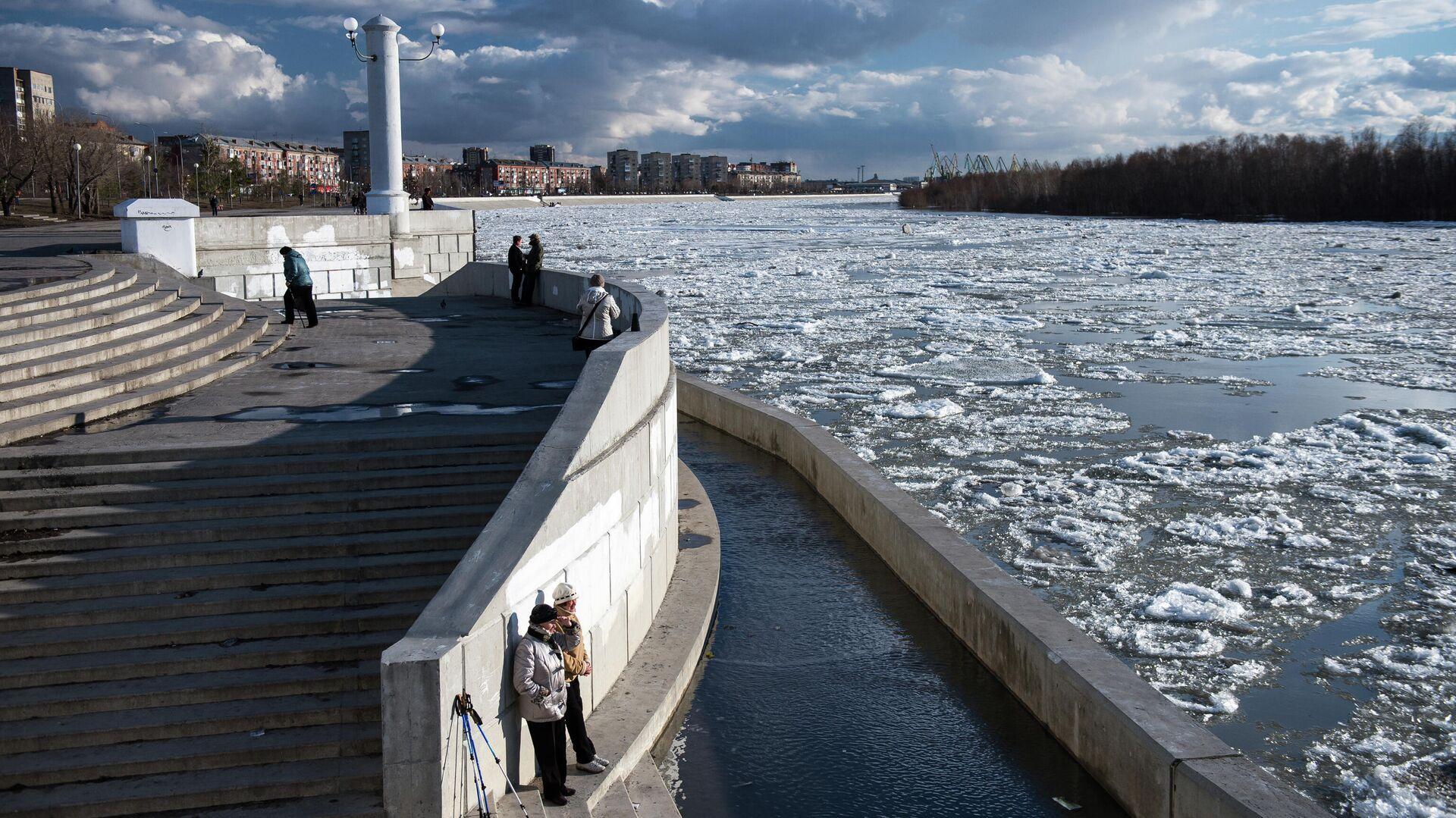 Прохожие на набережной во время ледохода на реке Иртыш в Омске - РИА Новости, 1920, 07.04.2021