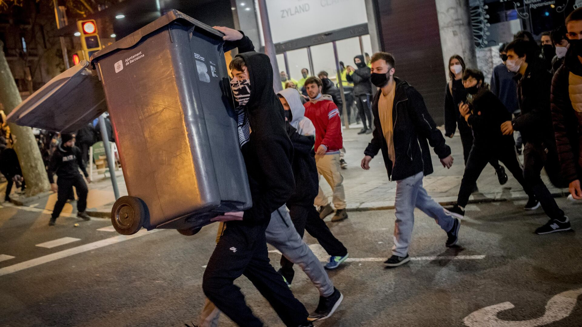 Участники акции протеста в поддержку рэпера Пабло Аселя, приговоренного к девяти месяцам заключения за оскорбление монархии и прославление леворадикального терроризма, на одной из улиц в Барселоне - РИА Новости, 1920, 19.02.2021