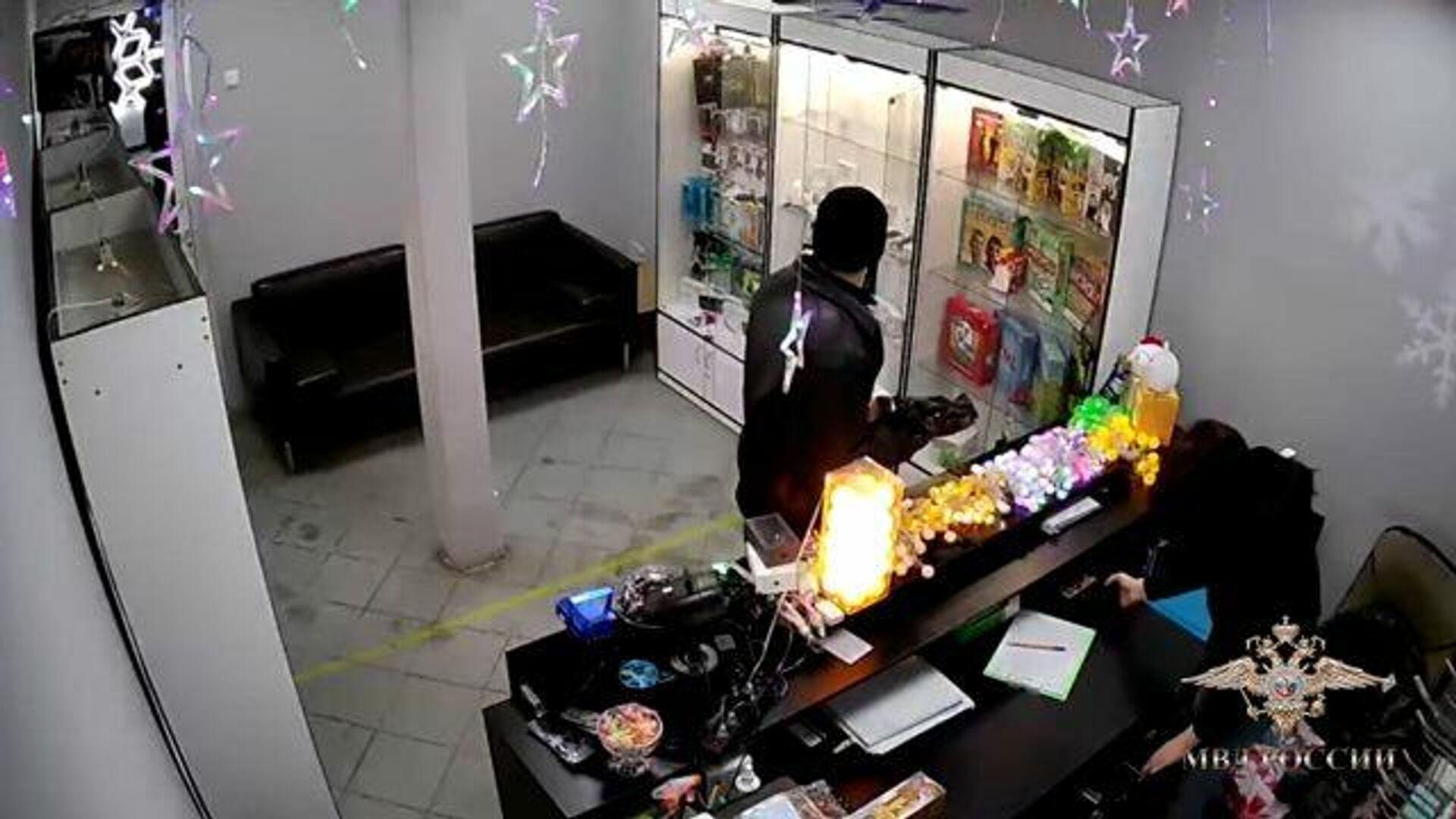 Преступник замаскировал вешалку под оружие и ограбил салон связи - РИА Новости, 1920, 18.02.2021