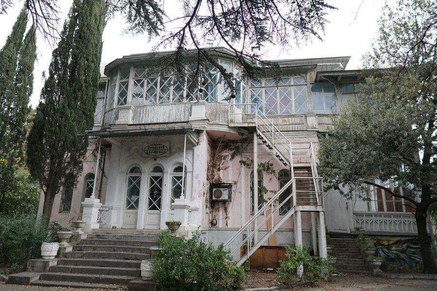 Раньше там располагался санаторий, теперь помещение сдают в аренду разным предприятиям