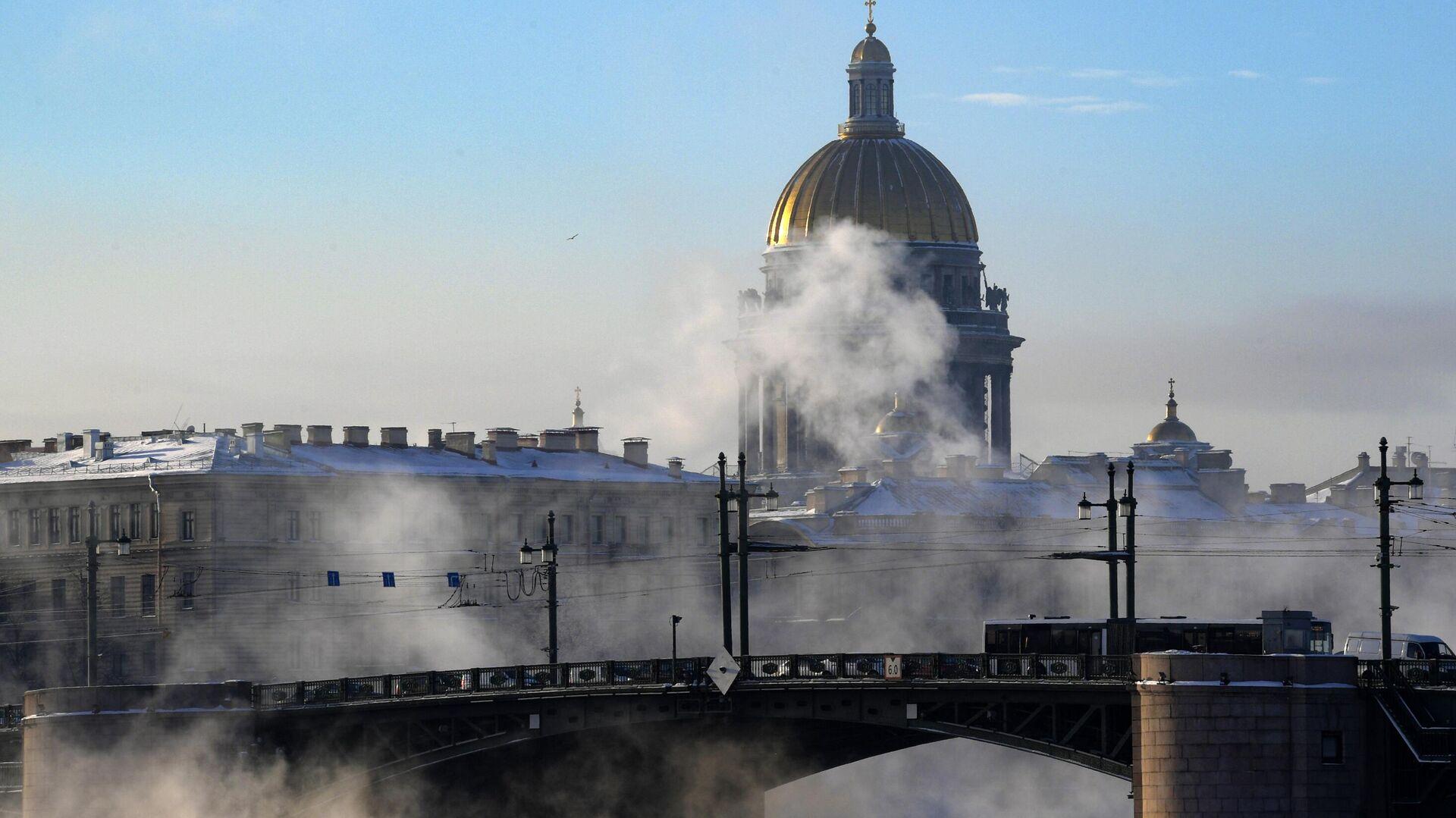 Вид на дворцовый мост и Исаакиевский собор в Санкт-Петербурге - РИА Новости, 1920, 30.03.2021