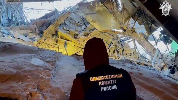 Представитель СК РФ на месте обрушения в цеху на Норильской обогатительной фабрике. Стоп-кадр видео