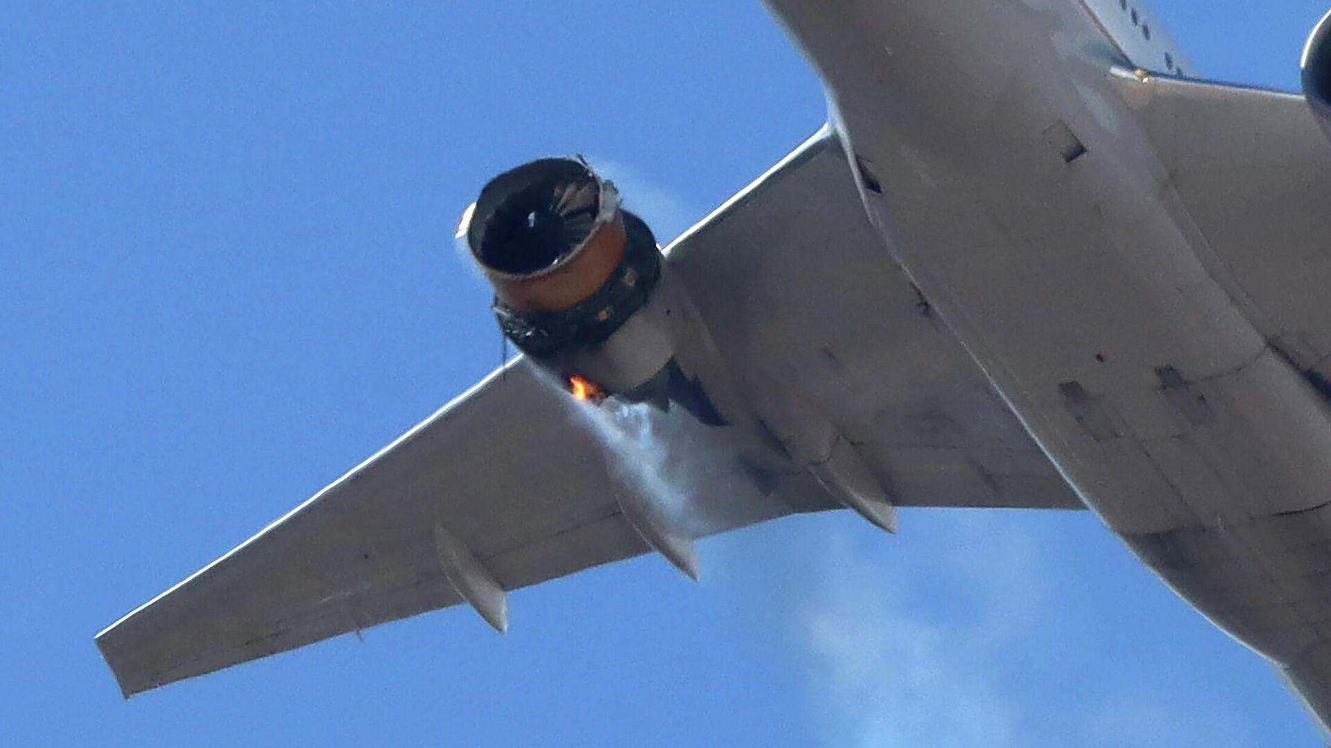 Рейс UA328 United Airlines возвращается в международный аэропорт Денвера с горящим двигателем  - РИА Новости, 1920, 21.02.2021