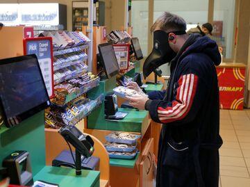 Покупатель в одном из супермаркетов Киева, Украина