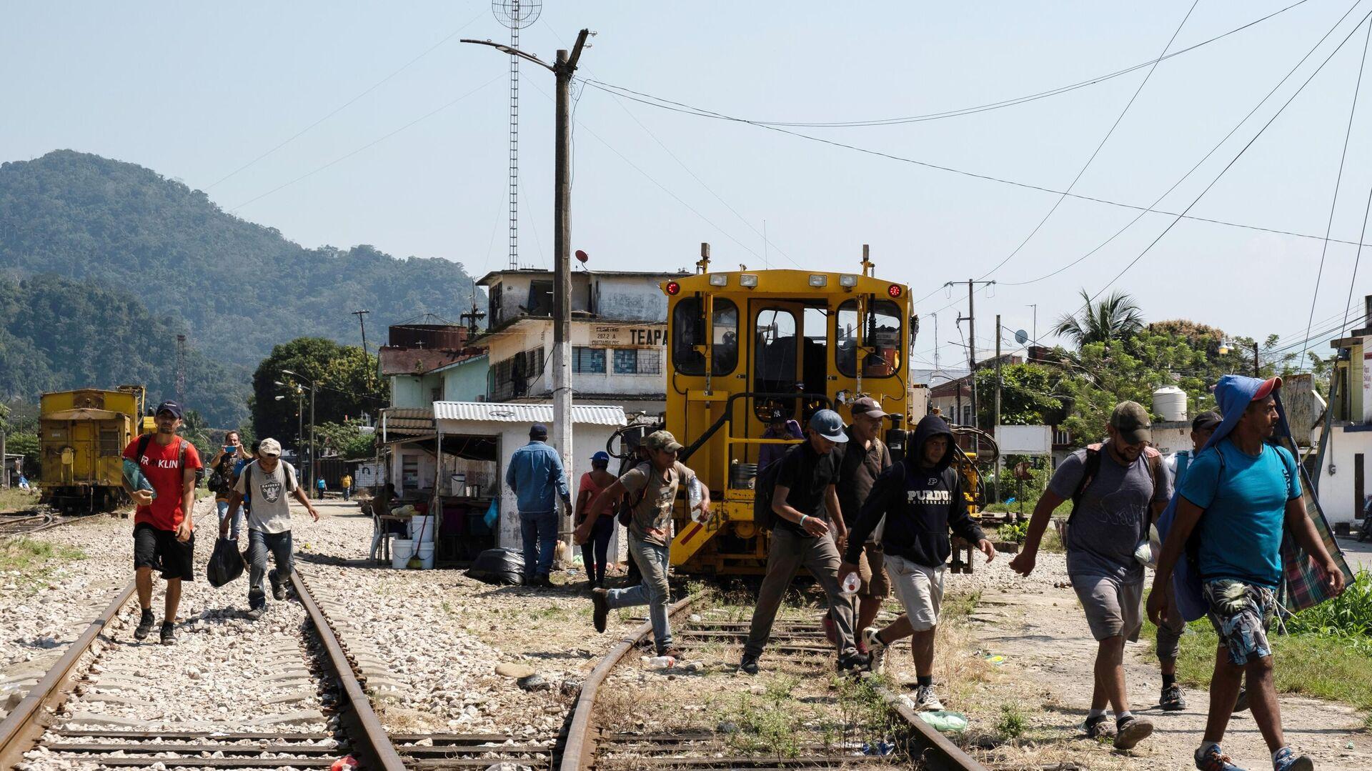 Мигранты из Гондураса в ожидании поезда до границы Мексики и США - РИА Новости, 1920, 01.04.2021