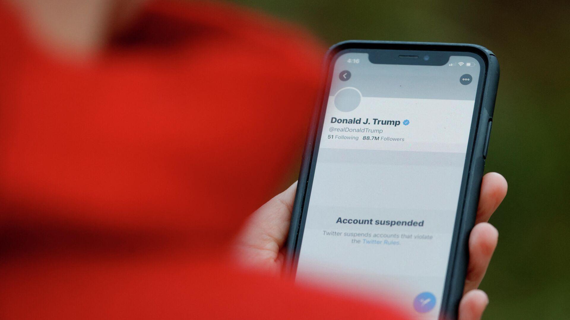 Заблокированный аккаунт Дональда Трампа в социальной сети Twitter  - РИА Новости, 1920, 28.04.2021