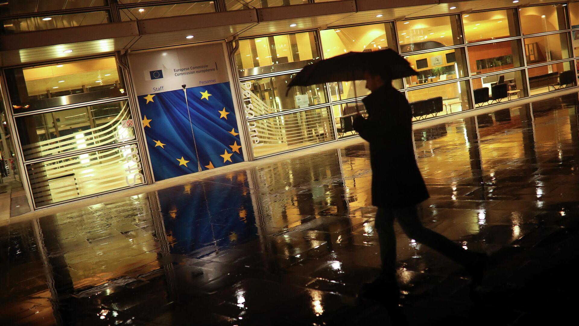Прохожий у штаб-квартиры Европейской комиссии в Брюсселе - РИА Новости, 1920, 24.02.2021