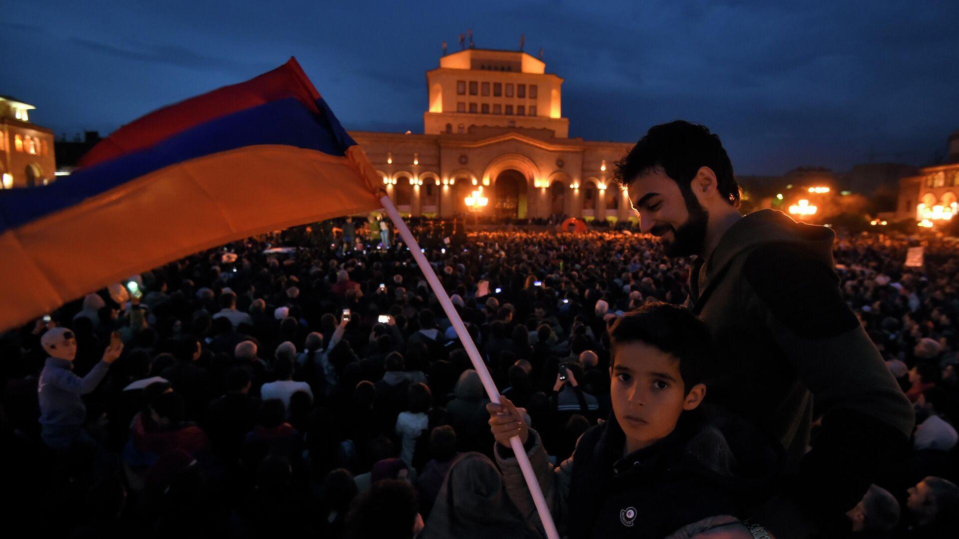 Люди с национальным флагом во время акции протеста на площади Республики в Ереване. 2018 год - РИА Новости, 1920, 25.02.2021