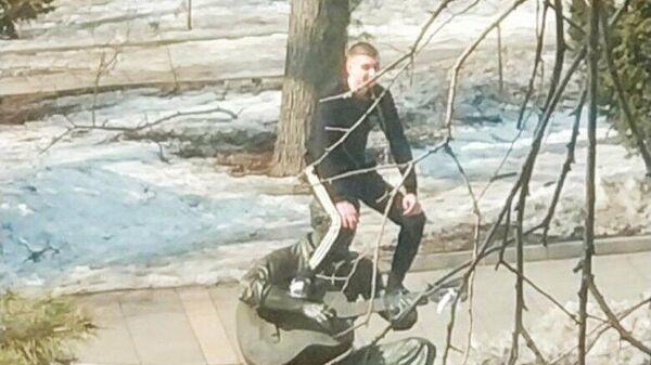 Во Владивостоке молодой человек залез на памятник Высоцкому. Кадр видео