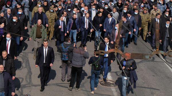Премьер-министр Армении Никол Пашинян вместе со своими сторонниками на улице Еревана