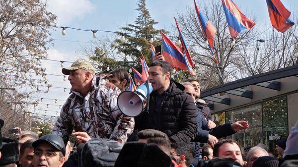 Противники политики премьер-министра Армении Никола Пашиняна на улице Еревана