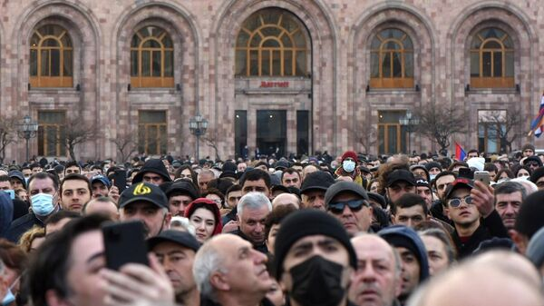Сторонники премьер-министра Армении Никола Пашиняна на улице Еревана