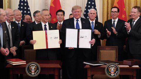 Вице-премьер Китая Лю Хэ и президент США Дональд Трамп после подписания первого пакета документов в рамках торгового соглашения в Вашингтоне