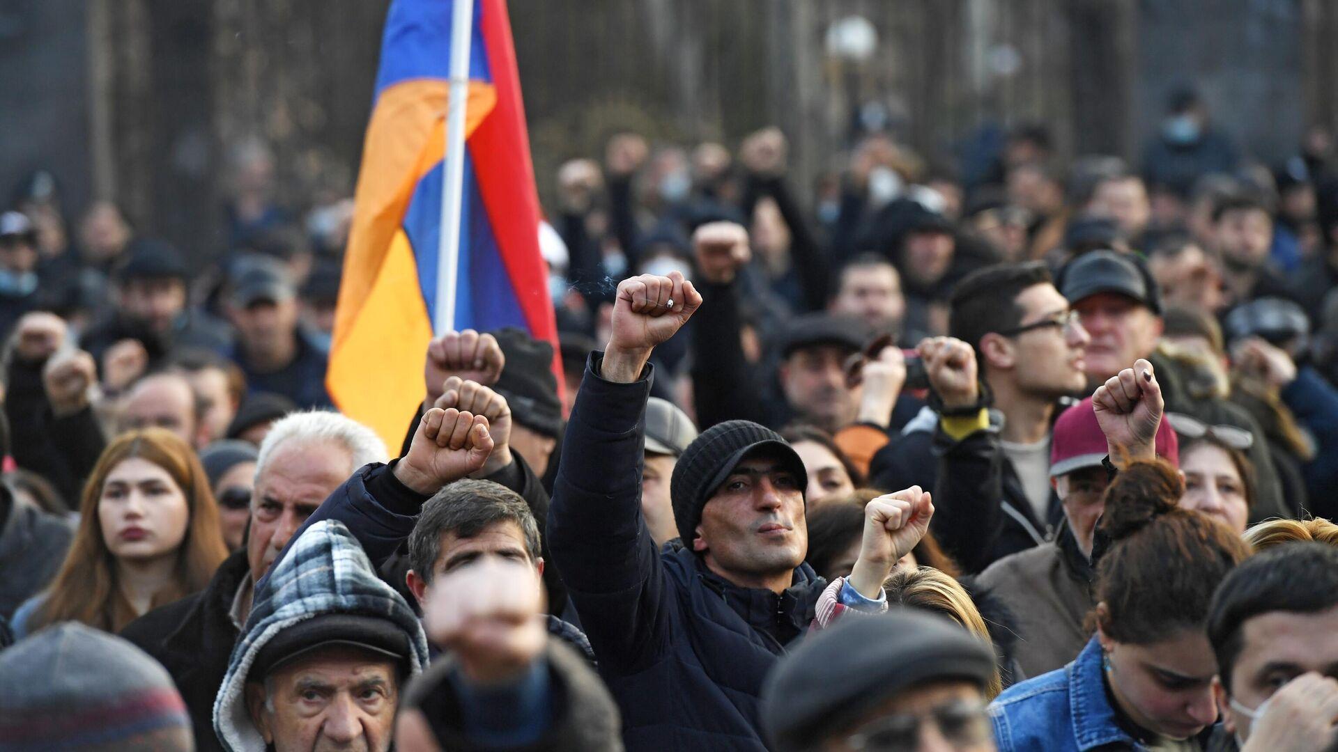 Оппозиционные активисты у здания Национального собрания Армении в Еревaне - РИА Новости, 1920, 25.02.2021