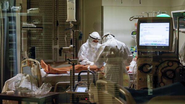 Медицинские работники в отделении интенсивной терапии для пациентов с COVID-19