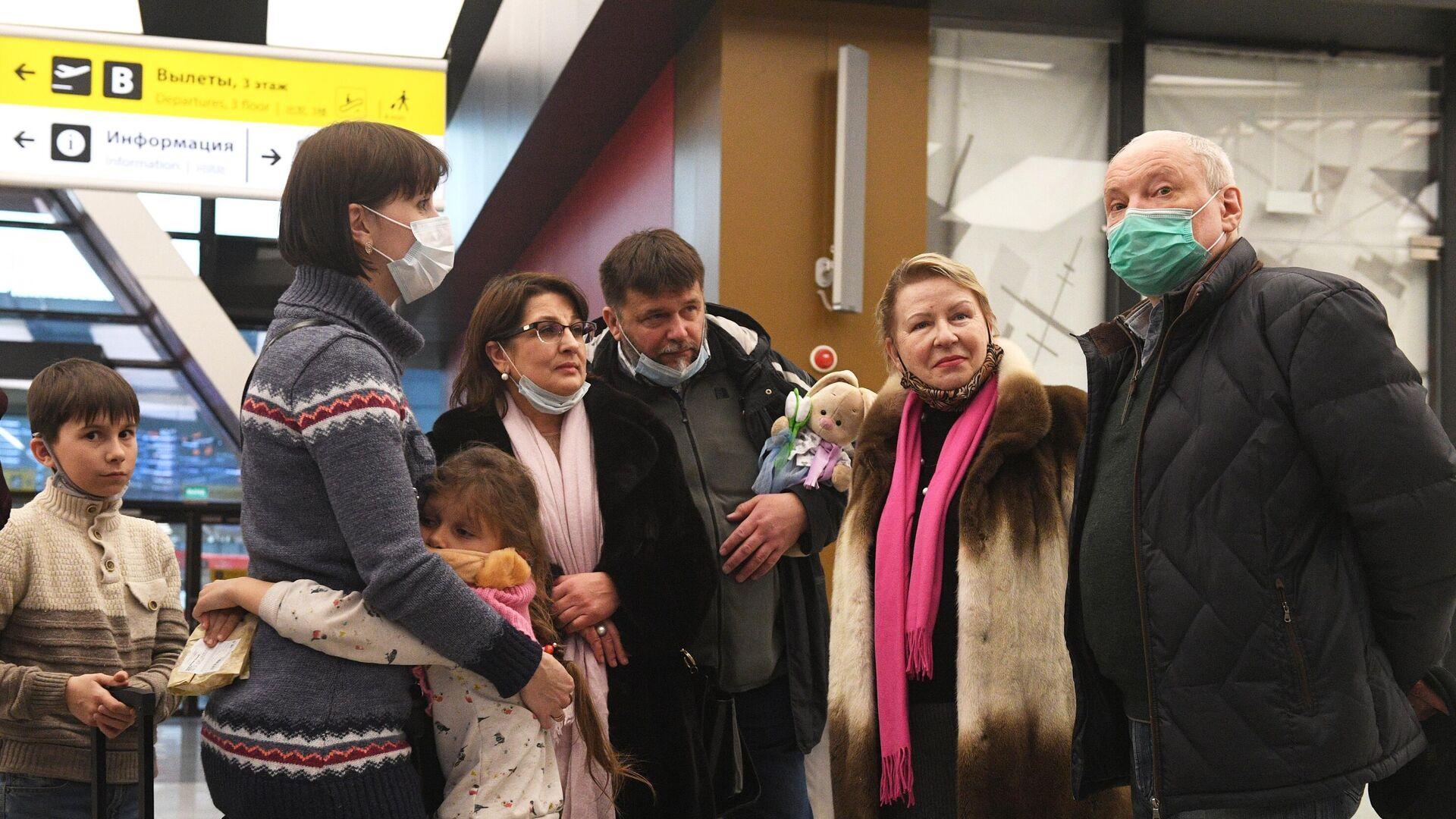 Сотрудники российского посольства в КНДР и члены их семей в аэропорту Шереметьево в Москве - РИА Новости, 1920, 26.02.2021
