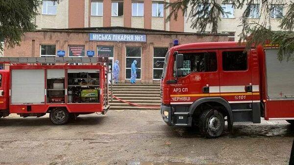 Сотрудники экстренных служб на месте взрыва в больнице в городе Черновцы, Украина