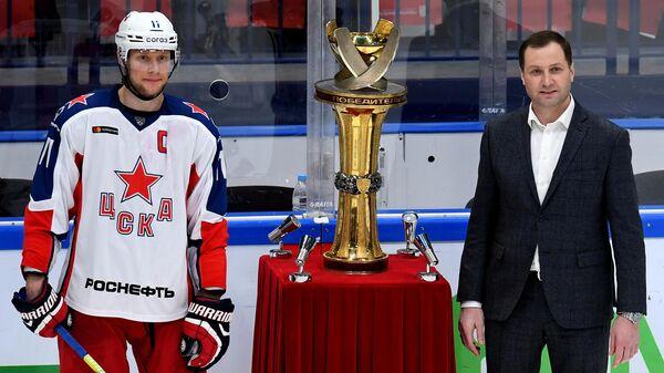Президент Континентальной хоккейной лиги (КХЛ) Алексей Морозов (справа) и игрок ЦСКА Сергей Андронов