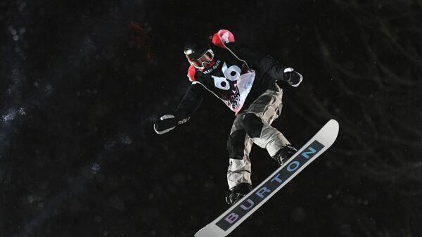 Варвара Романова (Россия) выступает в дисциплине биг-эйр среди женщин на этапе кубка Европы по сноуборду на Воробьёвых горах в Москве.