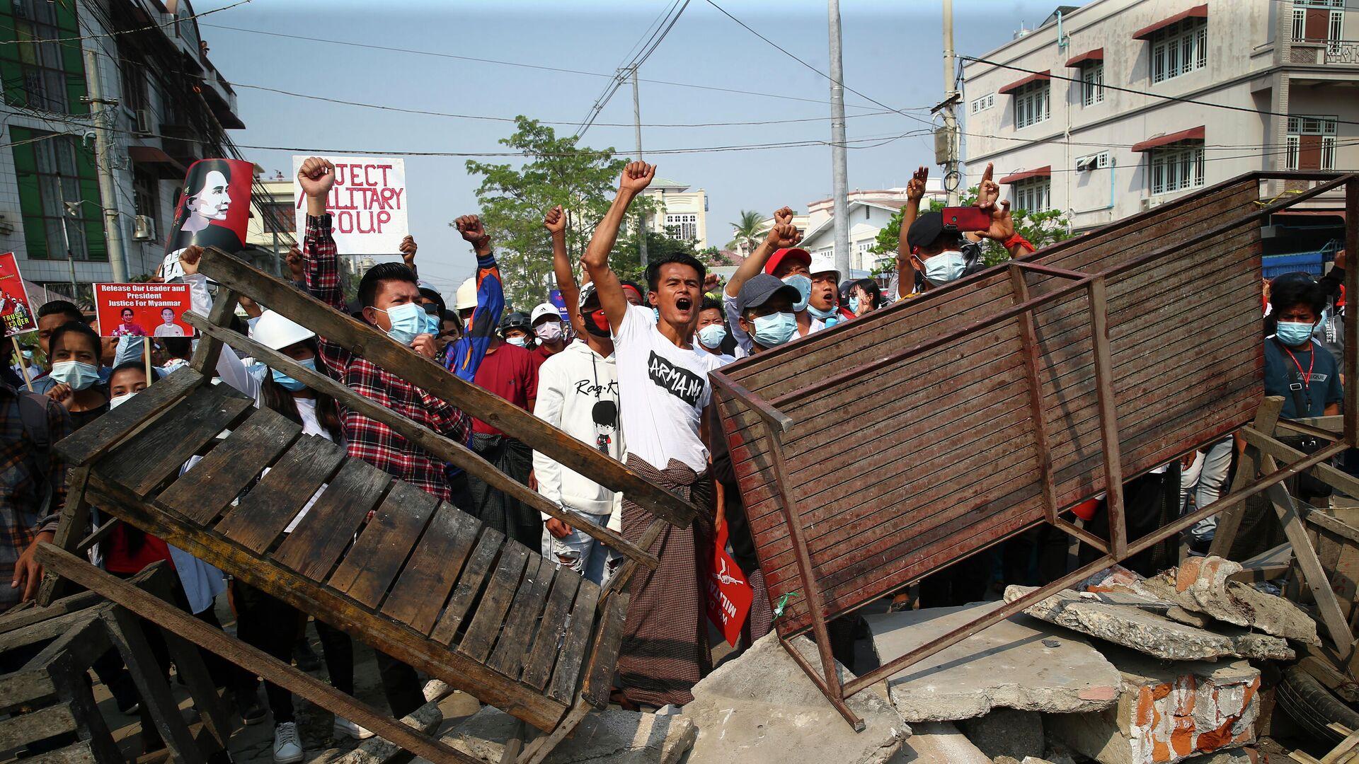 Акция протеста против военного переворота в Мандалае, Мьянма - РИА Новости, 1920, 01.03.2021