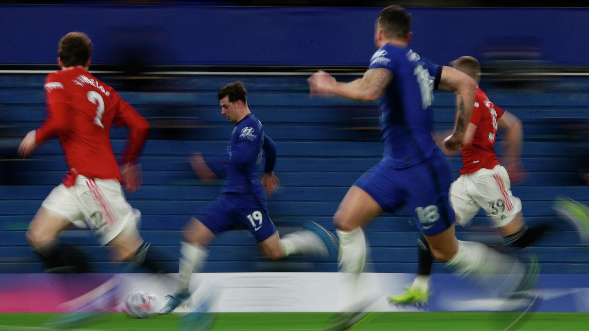 Chelsea's English midfielder Mason Mount (C) runs with the ball during the English Premier League football match between Chelsea and Manchester United at Stamford Bridge in London on February 28, 2021. (Photo by Ian Walton / POOL / AFP) / RESTRICTED TO EDITORIAL USE. No use with unauthorized audio, video, data, fixture lists, club/league logos or 'live' services. Online in-match use limited to 120 images. An additional 40 images may be used in extra time. No video emulation. Social media in-match use limited to 120 images. An additional 40 images may be used in extra time. No use in betting publications, games or single club/league/player publications. /  - РИА Новости, 1920, 28.02.2021