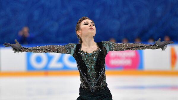 Дарья Усачева выступает с произвольной программой в женском одиночном катании в финале Кубка России по фигурному катанию в Москве.