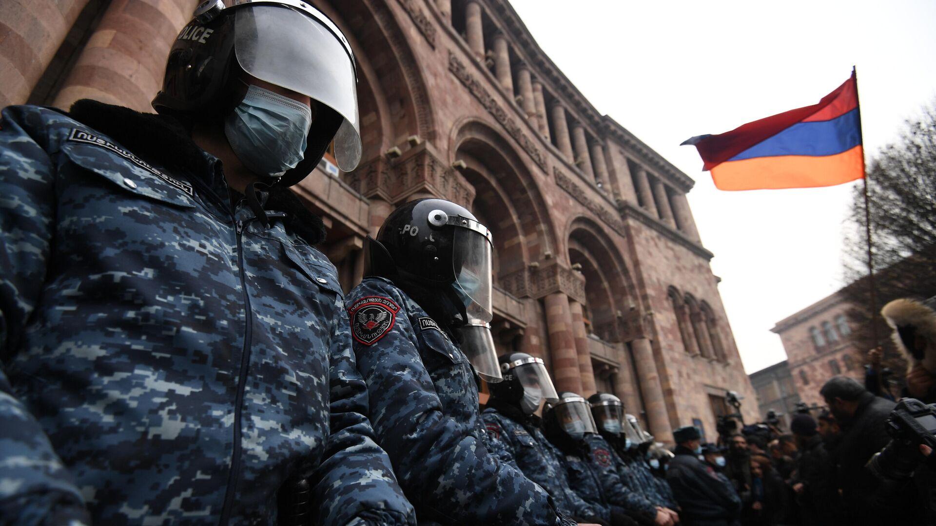 Сотрудники полиции стоят в оцеплении перед зданием правительства Армении - РИА Новости, 1920, 01.03.2021