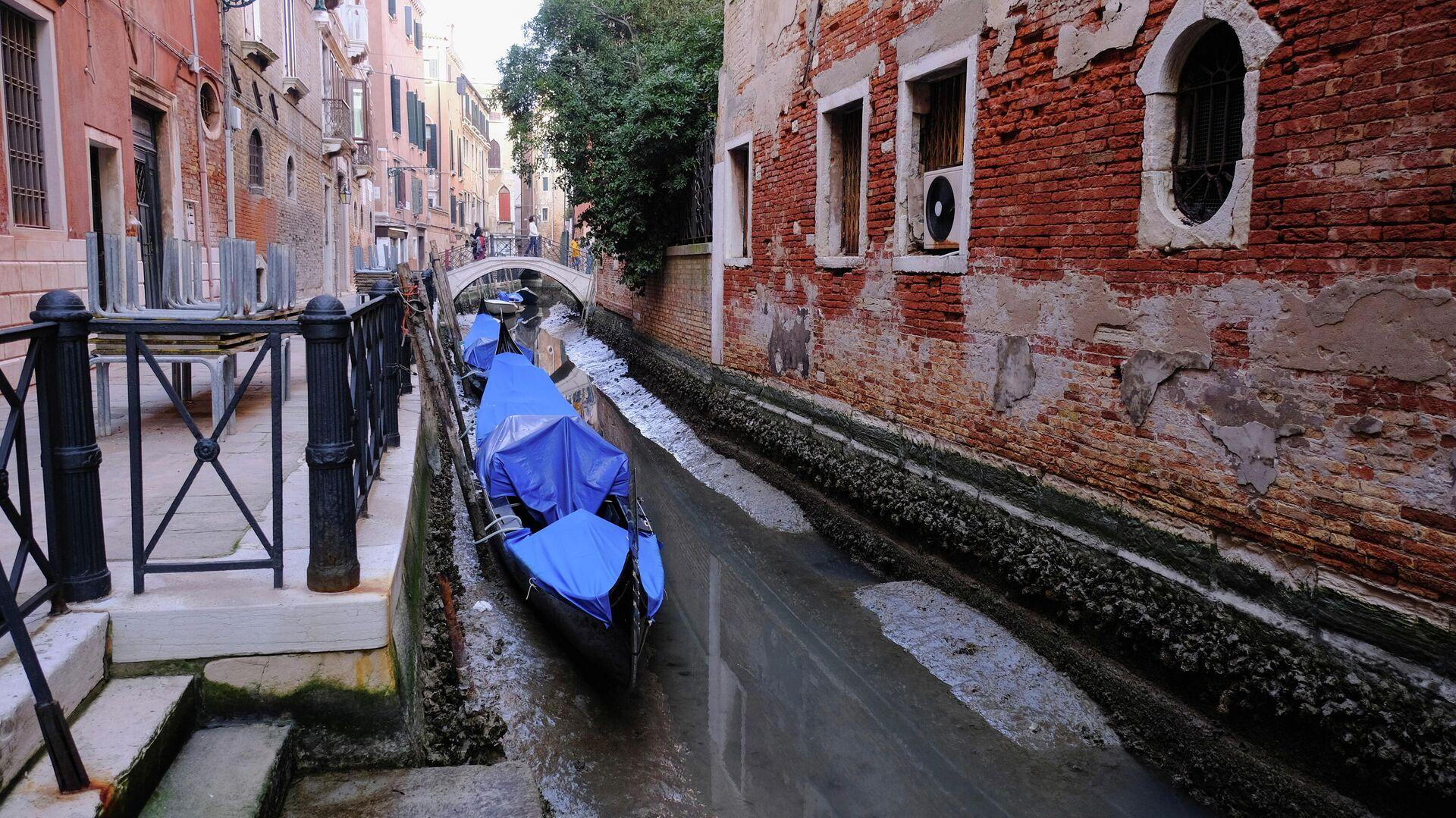 Гондолы в канале во время отлива в Венеции, Италия - РИА Новости, 1920, 01.03.2021