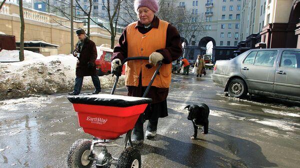 Уборка снега на улицах Москвы.