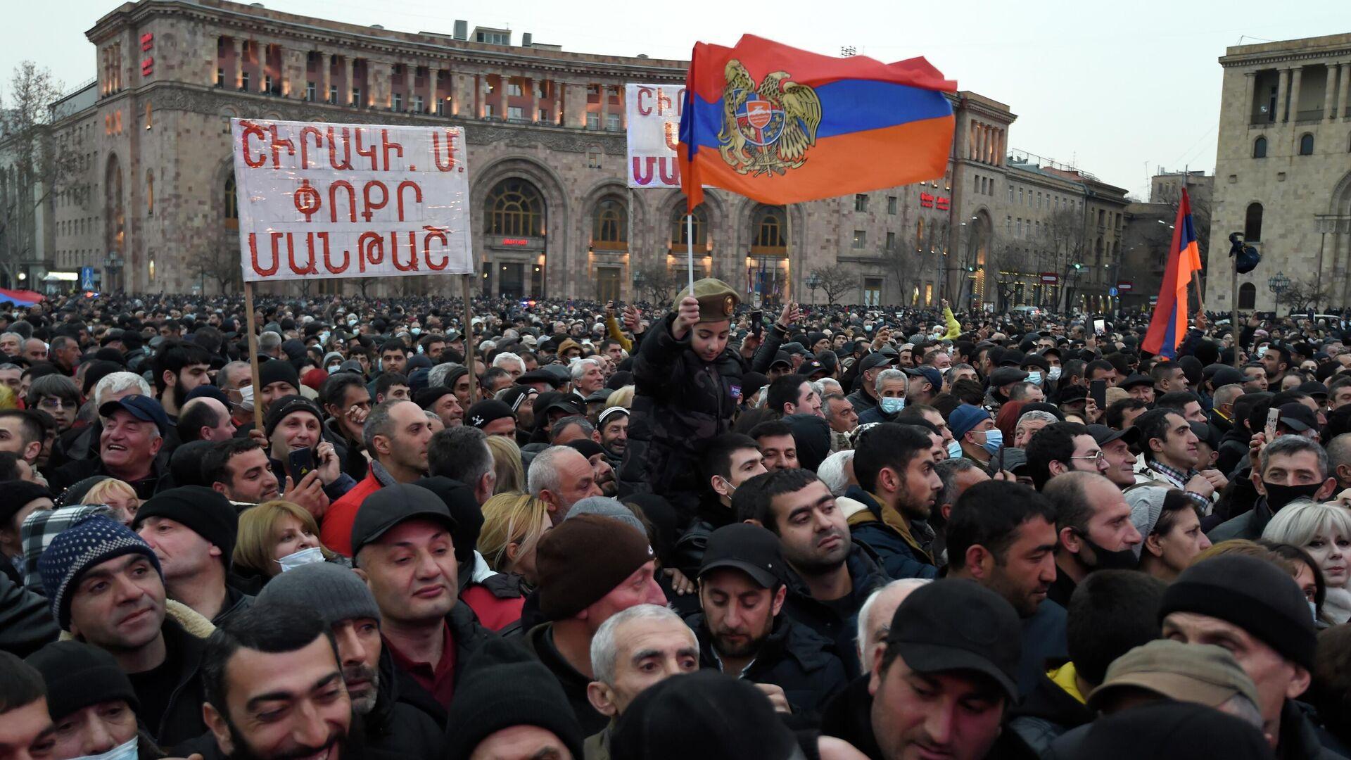 Участники акции сторонников премьер-министра Армении Никола Пашиняна в Ереване - РИА Новости, 1920, 03.03.2021