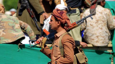 Повстанцы-хуситы во время похорон бойцов, погибших в боях с поддерживаемыми Саудовской Аравией правительственными войсками, в Сане