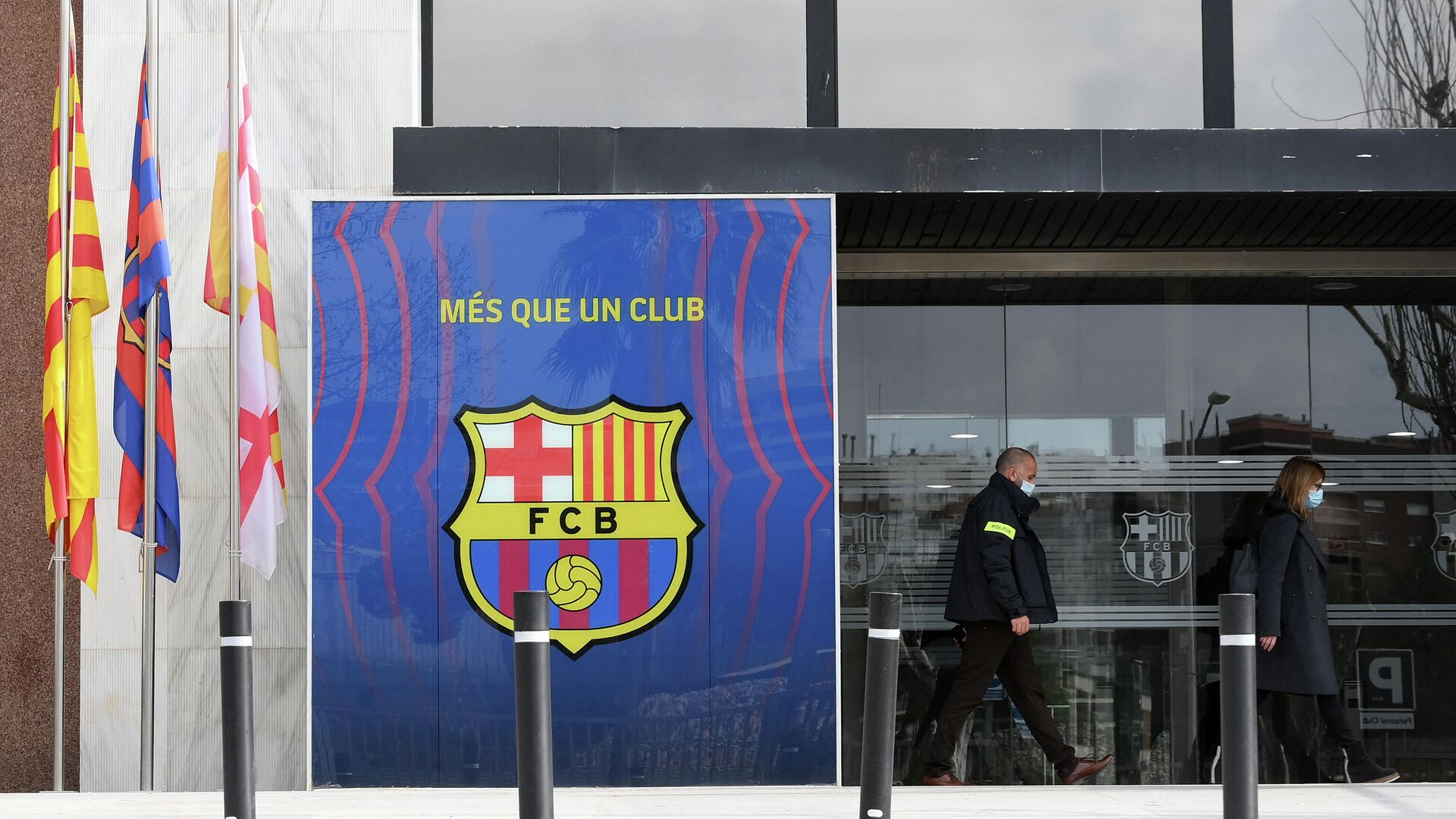 Deputy Chief of the Criminal Investigation Division of Catalan regional police forces Mossos d'Esquadra, Marta Fernandez (R) leaves the offices of Barcelona Football Club on March 01, 2021 in Barcelona during a police operation inside the building. -  (Photo by LLUIS GENE / AFP) - РИА Новости, 1920, 01.03.2021